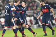 (L-R) Munich's Polish forward Robert Lewandowski, Bayern Munich's German forward Thomas Mueller, Bayern Munich's Colombian midfielder James Rodriguez and Bayern Munich's Spanish midfielder Javier Martinez  celebrate after Mueller scored during the German first division Bundesliga football match between VfB Stuttgart and Bayern Munich on December 16, 2017 in Stuttgart. / AFP PHOTO / THOMAS KIENZLE / RESTRICTIONS: DURING MATCH TIME: DFL RULES TO LIMIT THE ONLINE USAGE TO 15 PICTURES PER MATCH AND FORBID IMAGE SEQUENCES TO SIMULATE VIDEO. == RESTRICTED TO EDITORIAL USE == FOR FURTHER QUERIES PLEASE CONTACT DFL DIRECTLY AT + 49 69 650050.