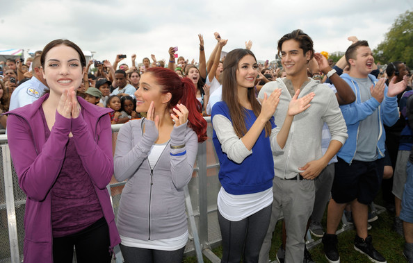 Victoria Justice (L-R) Actors Elizabeth Gillies, Ariana Grande, Victoria Justice, Avan Jogia and Noah Munck celebrate Nickelodeon's largest ever Worldwide Day of Play at the Ellipse on September 24, 2011 in Washington, DC.
