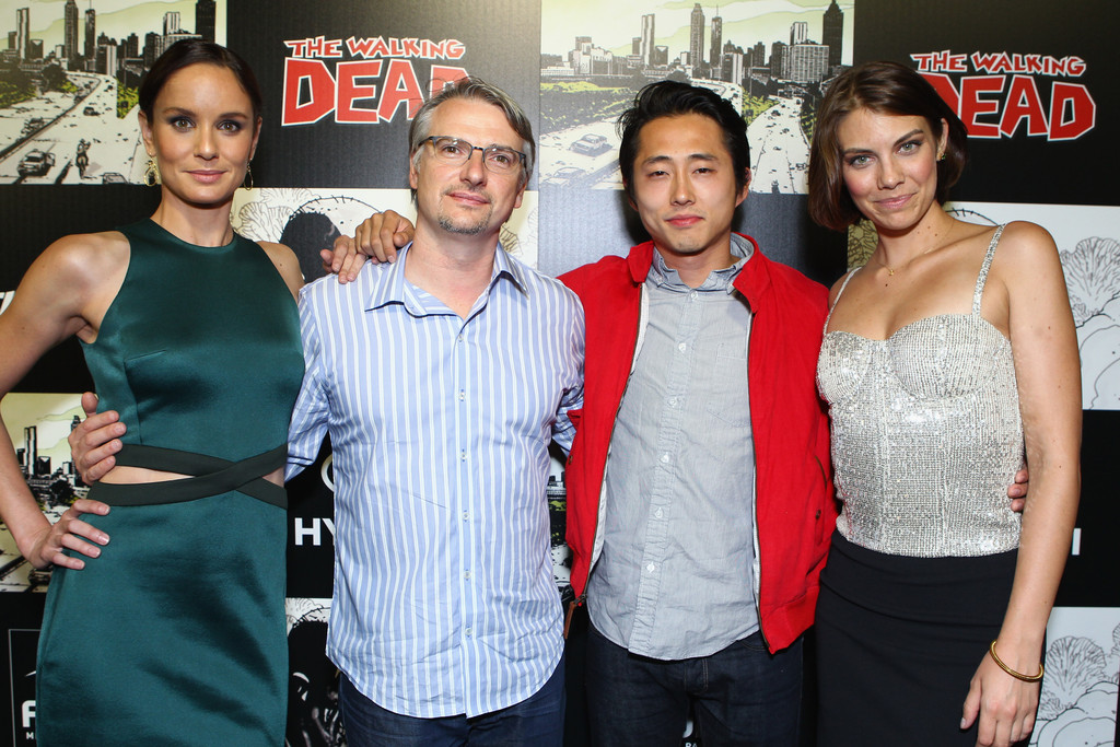 Walking Dead 100th Issue Black Carpet Event i2j hEQuQDfx jpgLauren Cohan And Steven Yeun Holding Hands
