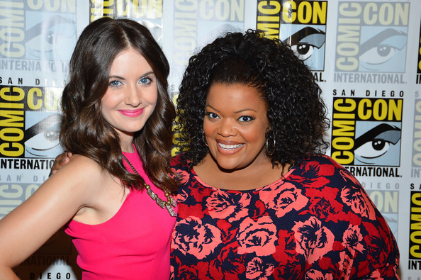 Alison brie yvette nicole brown gillian jacobs community 6