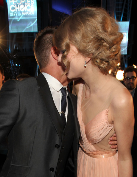 Taylor Swift and Zac Efron - 2011 People's Choice Awards - Red Carpet