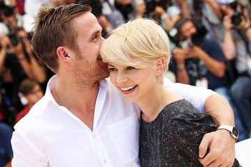 Ryan Gosling Puts His Arm Around Everyone