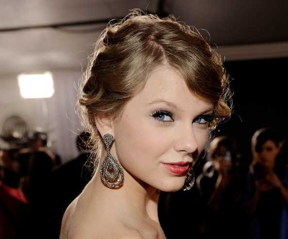 how to make taylor swift curls. Taylor Swift Formal Hairstyle