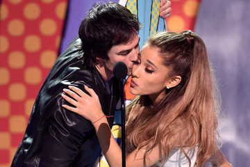 Ian Somerhalder Awkwardly Tried to Kiss Ariana Grande During the 2014 Teen Choice Awards