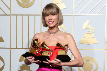 Taylor Swift Won't Be Attending the VMAs This Year, and Twitter Is Chaos