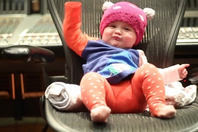 Watch Kelly Clarkson S Baby Rock Out To Her New Song For