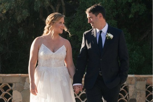 Amy schumer is a married woman after a surprise wedding in malibu surprise amy schumer is a married woman after a surprise wedding in malibu junglespirit Gallery