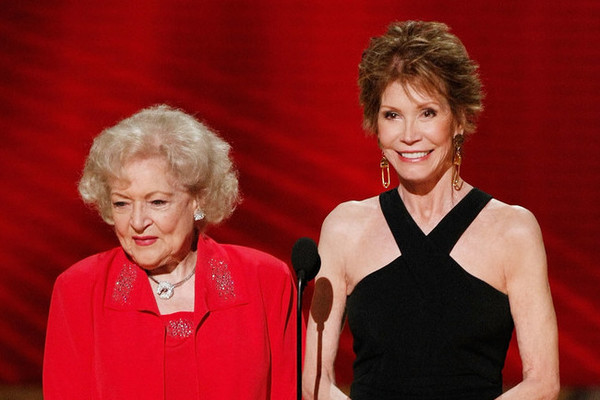 Celebrities React to the Death of Mary Tyler Moore