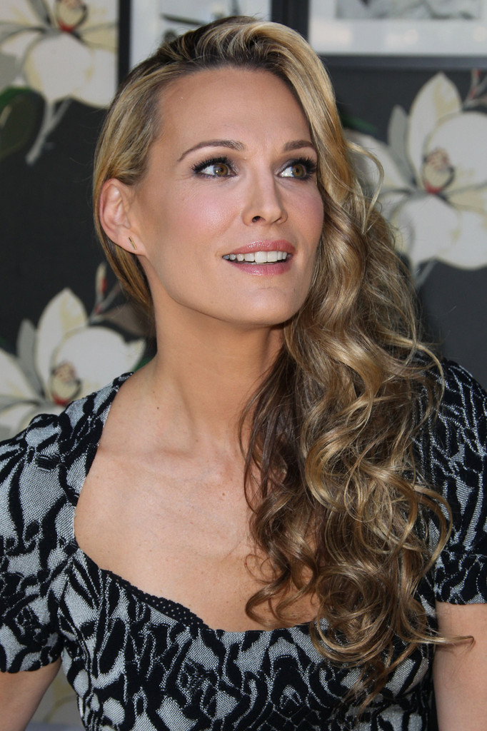 Hair Envy of the Day: Molly Sims' Side Swept Curls