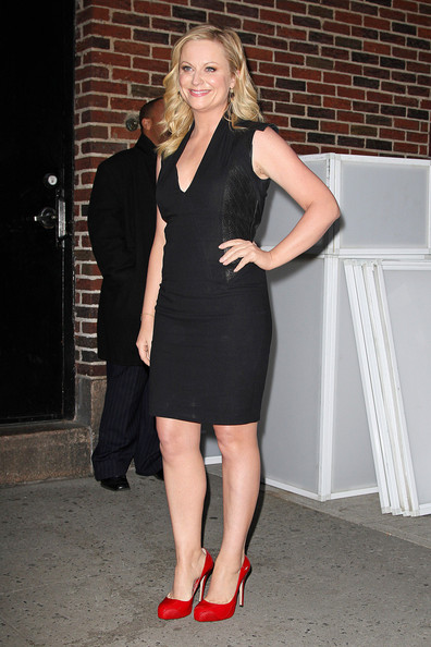 Amy Poehler, looking stunning in a black dress and red heels ...