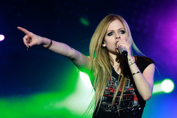 File:Avril Lavigne sings and guitar, Italy (sharpen).jpg ...