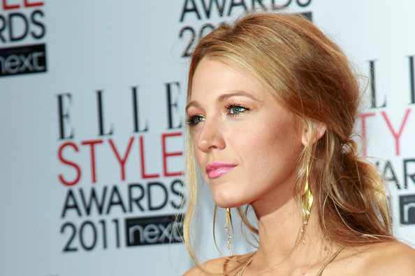 http://www2.pictures.zimbio.com/pc/Blake+Lively+Courtney+Love+poses+photographs+0tKhf2D6kT8l.jpg