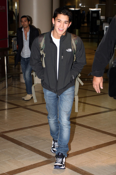 Boo Boo Stewart 47902 LOS ANGELES CALIFORNIA Thursday November 25 2010.ÊTwilight actors Taylor Lautner and BooBoo Stewart make there way through Los Angeles Airport after flying in from New Orleans after filming Twilight. Photograph: Matt Symons/James Breeden © .PacificCoastNews.com**FEE MUST BE AGREED PRIOR TO USAGE****E-TABLET & MOBILE PHONE APP PUBLISHING REQUIRES ADDITIONAL FEES** UK OFFICE:+44 131 557 7760/7761 US OFFICE:1 310 261 9676.
