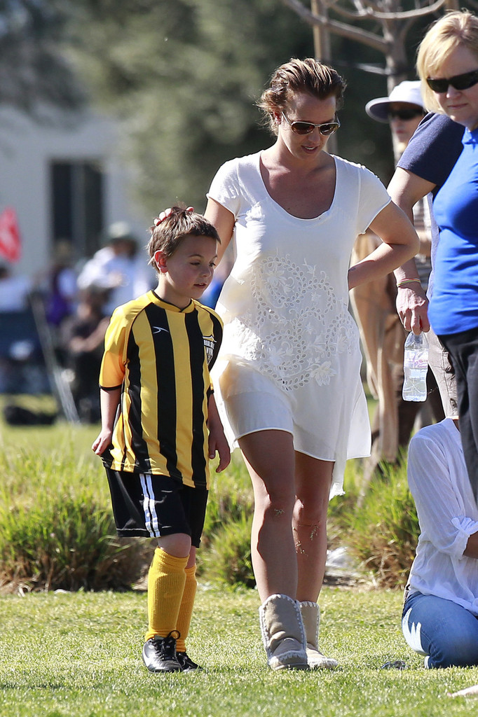Britney lets her son rub her lady parts with sunscreen - 1 1