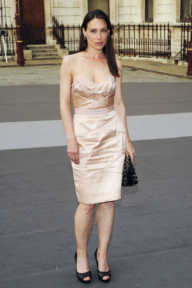 Claire Forlani with a weight of 55 kg and a feet size of 7 in favorite outfit & clothing style