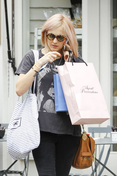 5e4a77aac7 Fearne Cotton Photos Photos - DJ Fearne Cotton Shops in Notting Hill ...