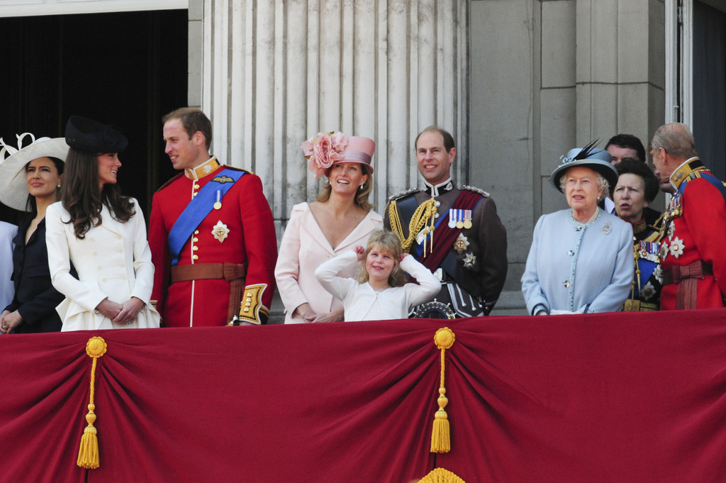 Kate middleton and queen elizabeth ii photos photos for Queen on balcony