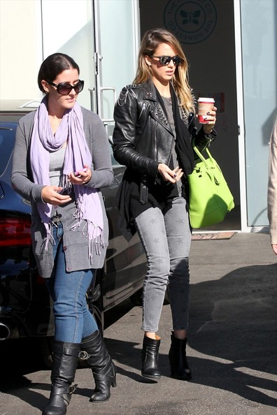 Jessica Alba - Jessica Alba finishes up her Christmas shopping with just days to spare as she picks up toys at Target