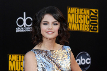 Selena Gomez Arrivals at the 2009 American Music Awards