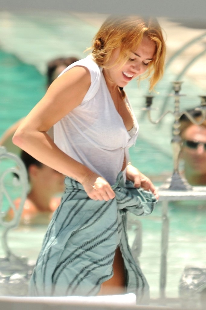 Miley Cyrus - Miley Cyrus Photos - Miley Cyrus Goes for a ...