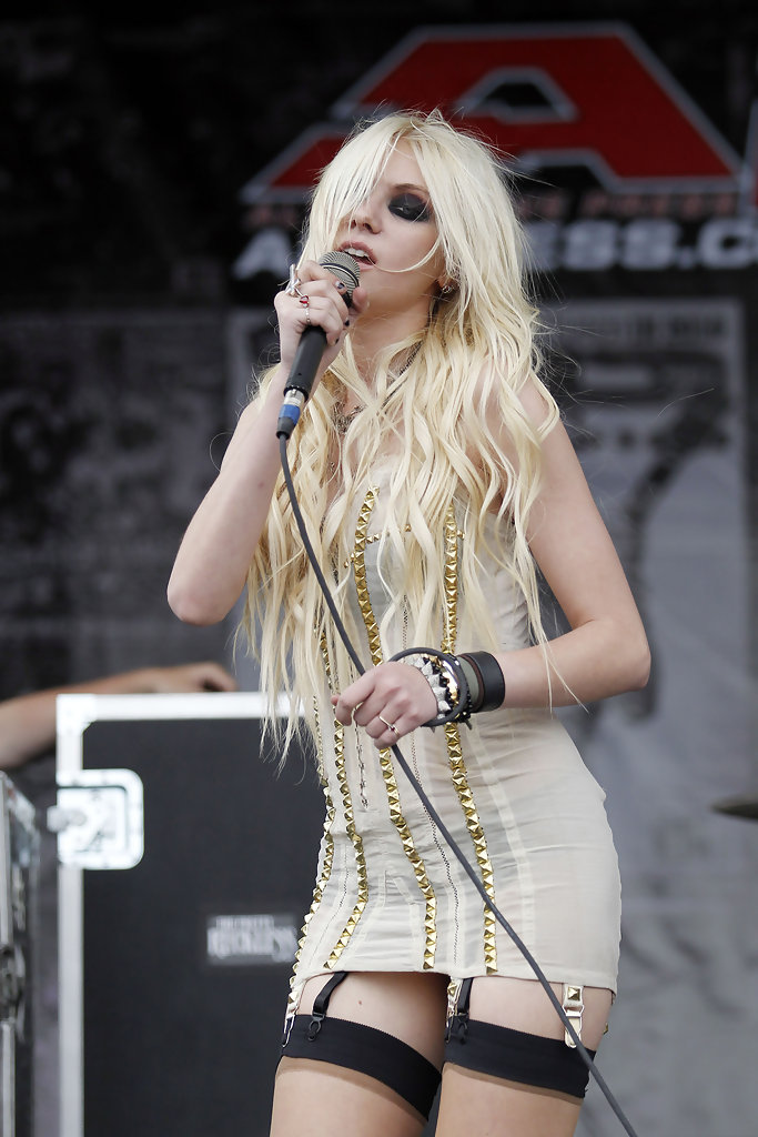 Taylor Momsen And The Pretty Reckless Perform Zimbio