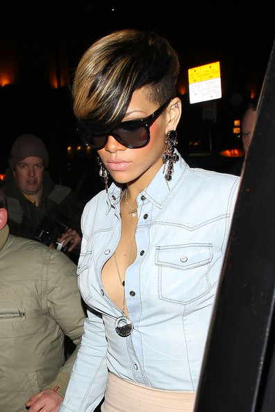 Rihanna...... - Page 3 Rihanna+may+become+face+new+chain+burlesque+b0WoE2IsDY6l