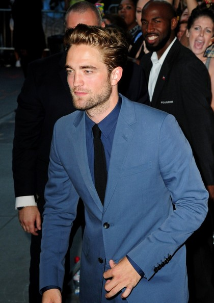 http://www2.pictures.zimbio.com/pc/Robert+Pattinson+FIRST+PUBLIC+APPEARANCE+Robert+MxP8hROkdH_l.jpg