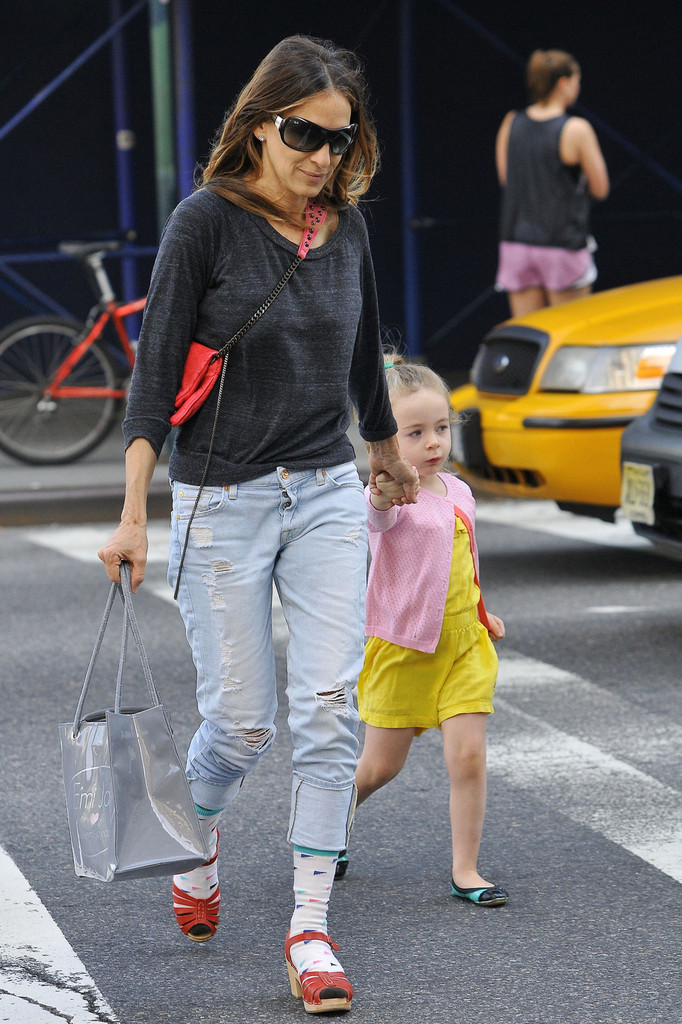 Sarah Jessica Parker - Sarah Jessica Parker Carries Her Daughter in NYC