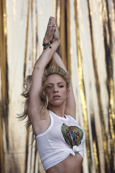 Shakira.;* - Page 4 Shakira+hips+don+t+lie+flashes+enviable+abs+3B9VVQCDWtAl