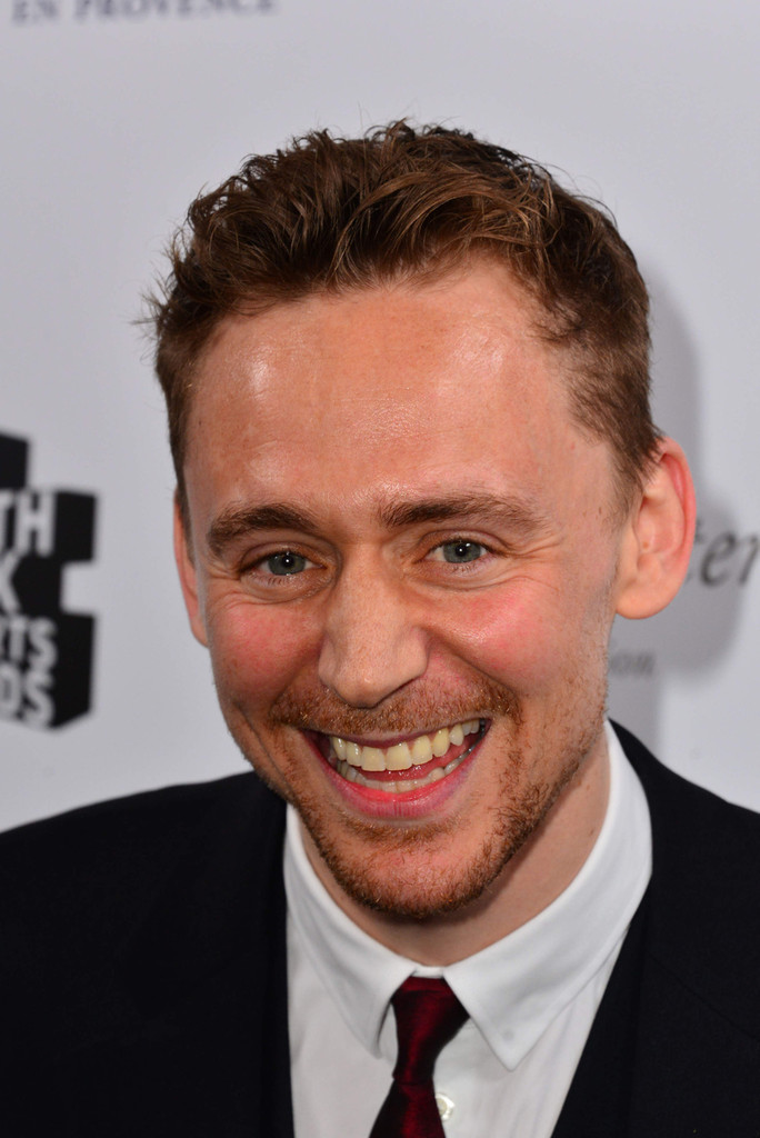 http://www2.pictures.zimbio.com/pc/Tom+Hiddleston+South+Bank+Sky+Arts+Awards+rblsHKmVxmRx.jpg