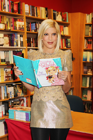 Tori Spelling Signs Books at Borders