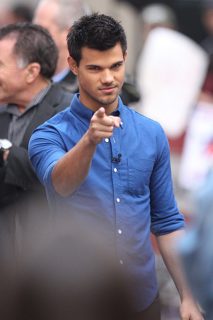 taylor lautner in taylor lautner signs autographs 9 of 19