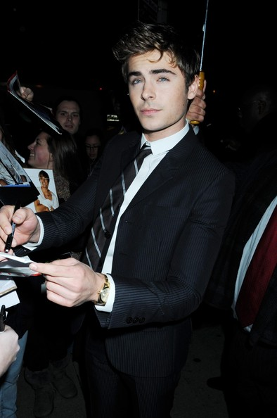 http://www2.pictures.zimbio.com/pc/Zac+Efron+signs+autographs+fans+arrives+New+kjXSftuLbC2l.jpg