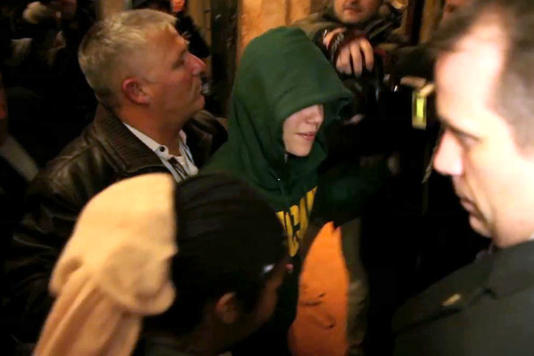 justin bieber uk tour pictures. A hooded Justin Bieber arrives
